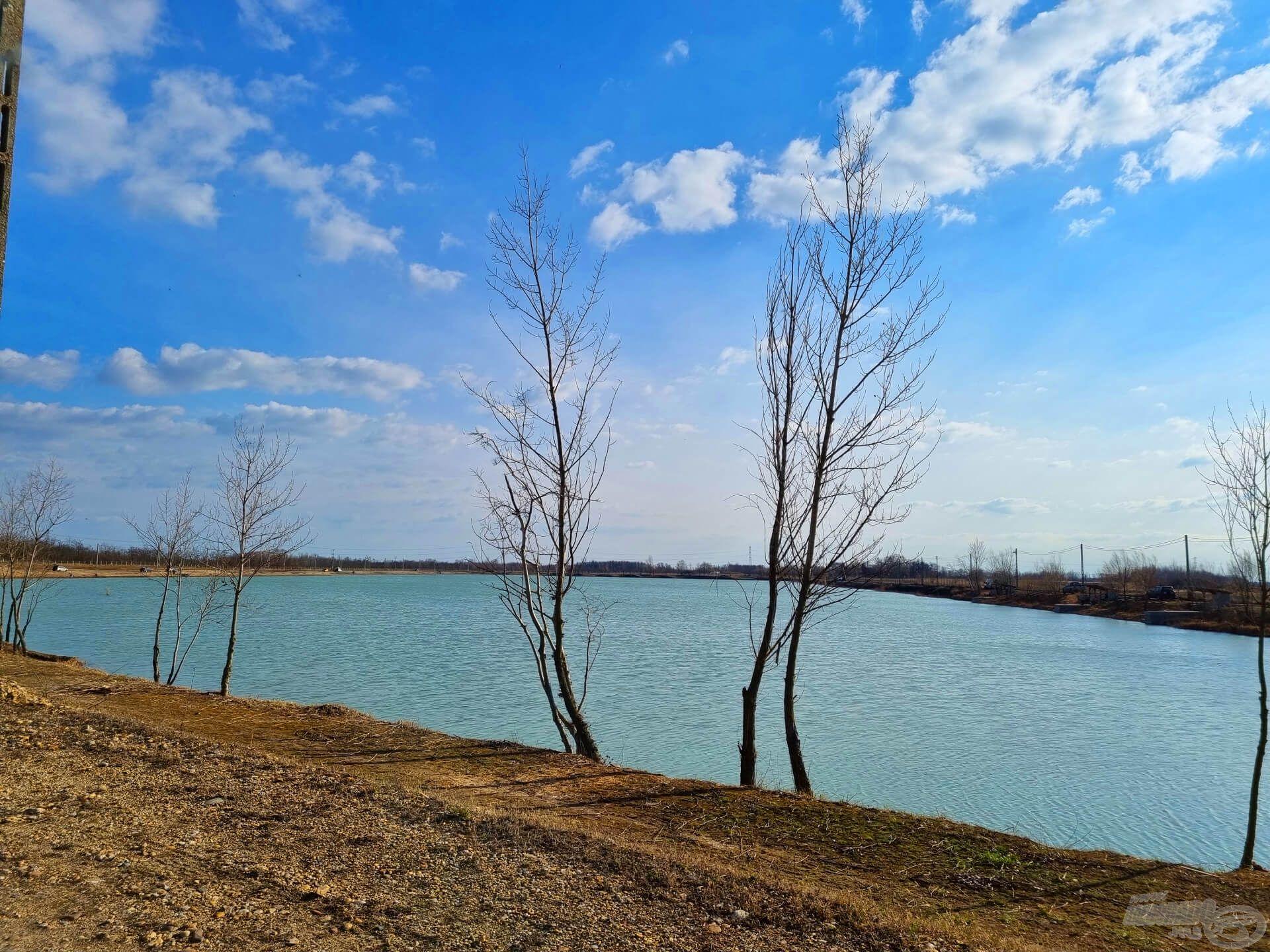 """A tó formája ugyan szögletes, de cseppet sem csúfolható """"kockatónak"""". A kristálytiszta, terjedelmes vízterületen feederes, bojlis, úszós vagy éppen pergető horgászok egyaránt megtalálhatják számításukat"""