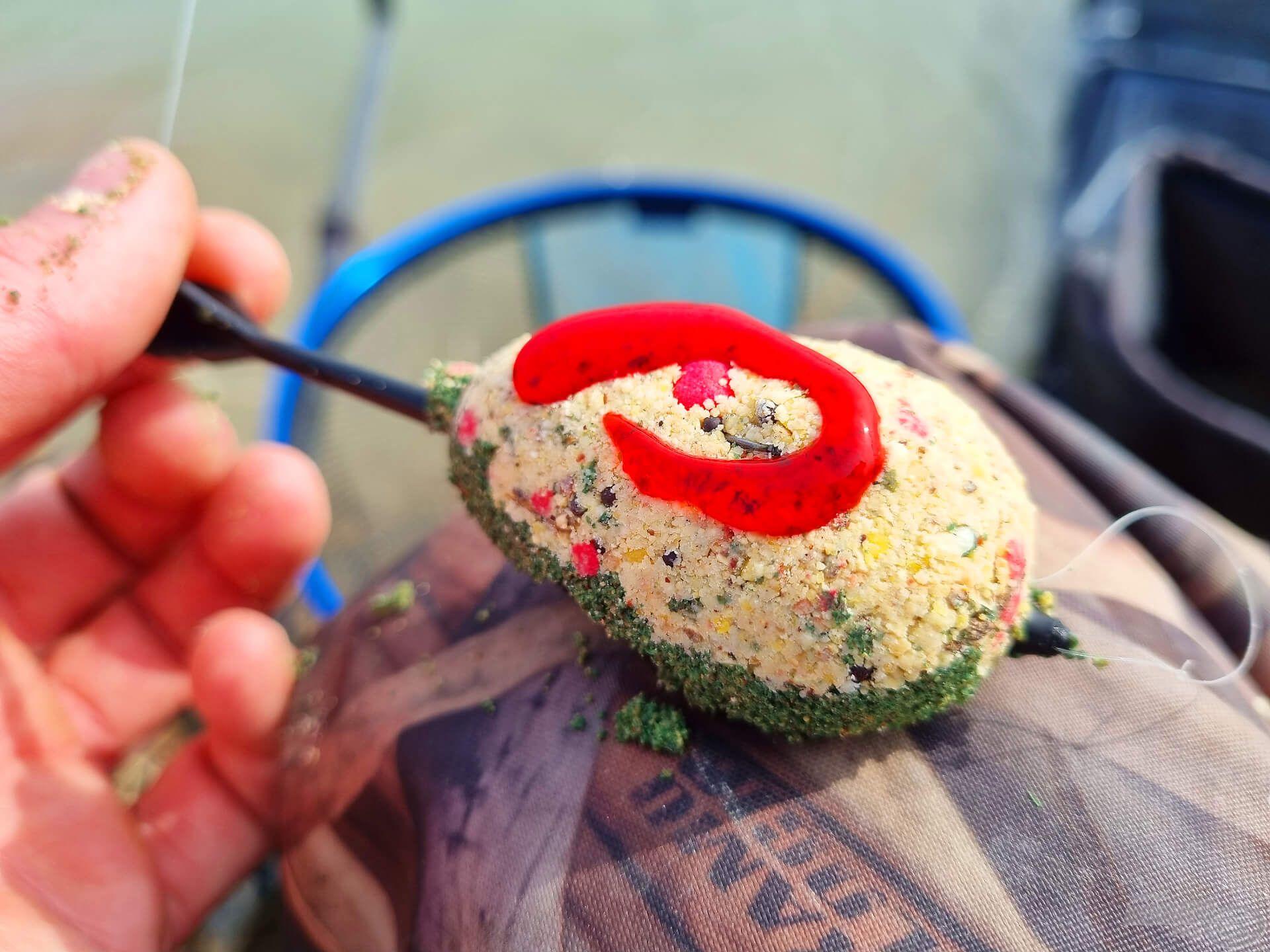 """Március 15. alkalmából speciális """"kokárda"""" a halaknak. Maximum Green ágyon Vad Ponty etetőanyag, tetején némi édes szamócás Tornado Gel nyalókával. A pontyok imádták :)"""