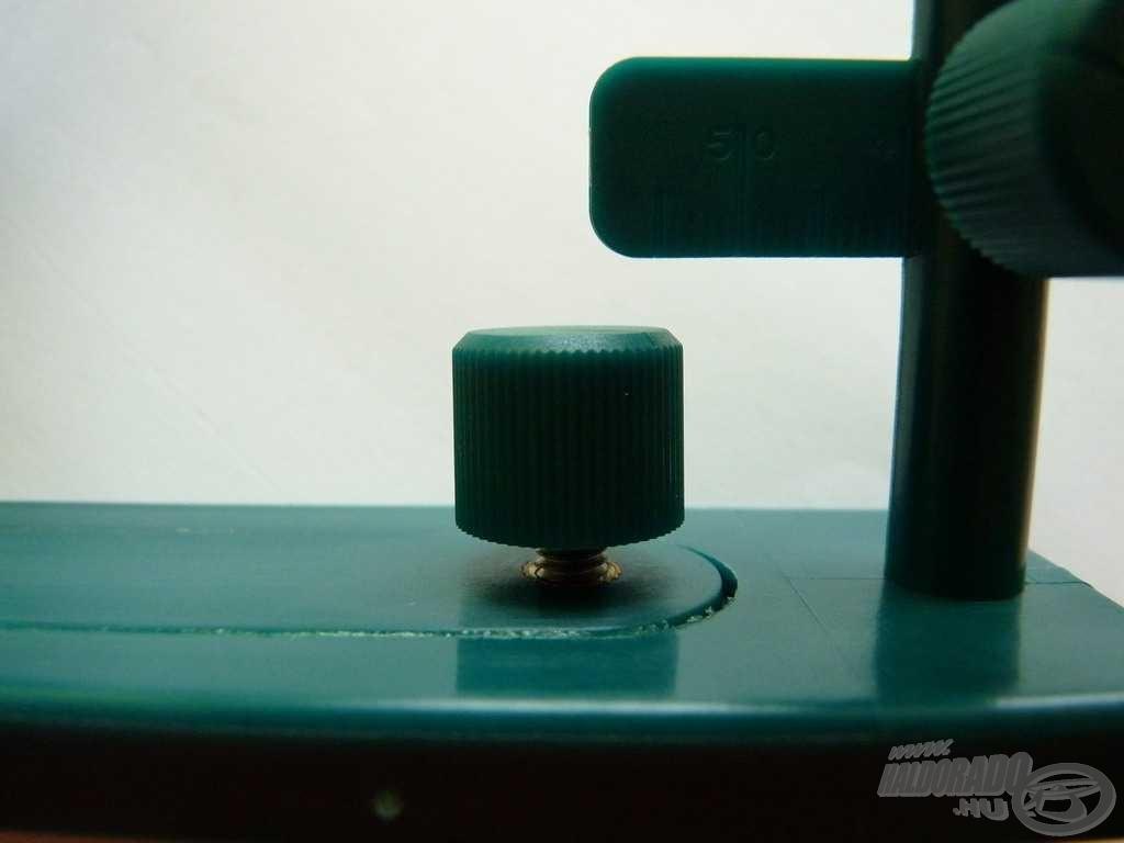 Az alsó részen elhelyezett állítócsavar teszi lehetővé az előke hosszának pontos beállítását