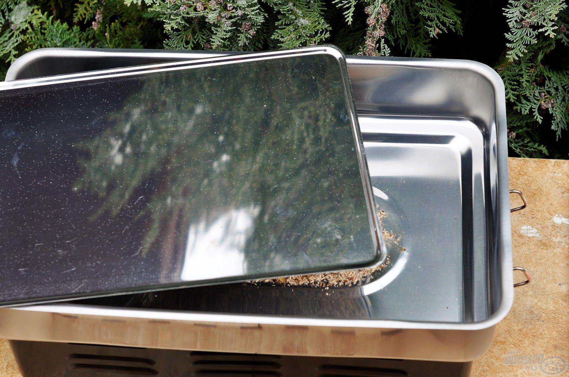 A fűrészpor egyenletes elterítése után helyezzük az edény aljára a zsírfogó lapot. Ennek hiányában a halból hő hatására kicsepegő zsiradék ráfolyna a füstképződésért felelős fűrészporra