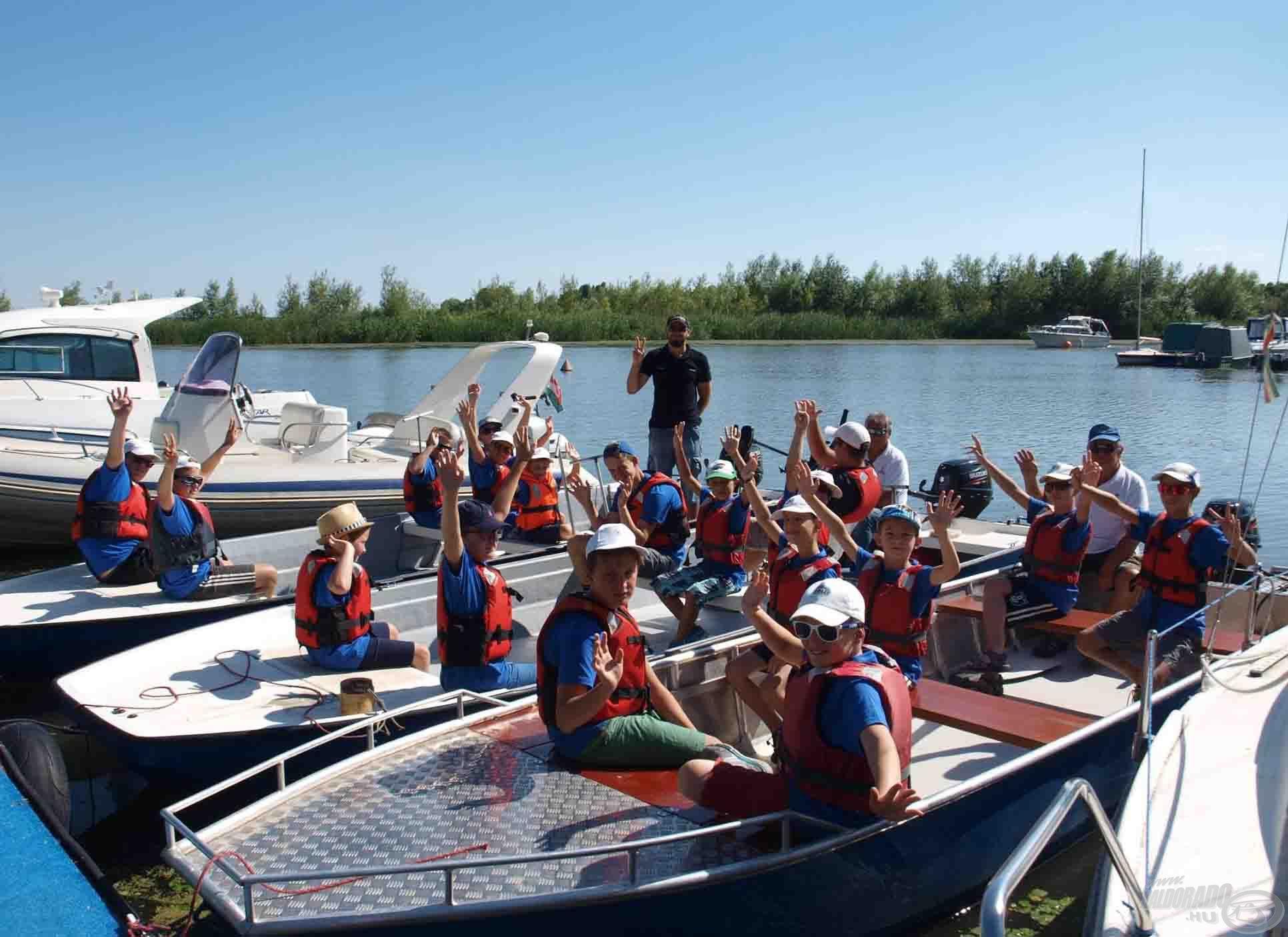 Indul a csapat csónakázni