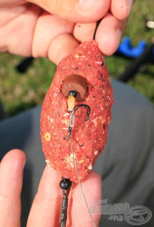 A megtöltött kosár oldalába óvatosan belenyomva a pelletet elkerülhető a dobás közbeni gubancolódás