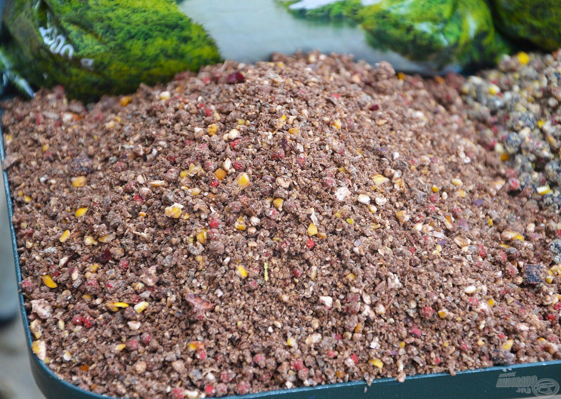 """A """"Mohos Dévér"""" talán a legösszetettebb, legtartalmasabb a három közül, ebben a gondosan válogatott, különböző ízű és színű pelletek mellett roppantott olajos magvak is gazdagon fellelhetők"""