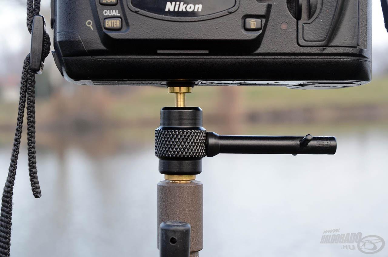 Itt is az egyik oldala illeszkedik a leszúrók és tripodok menetéhez, a másik oldal pedig a fényképezőgéphez