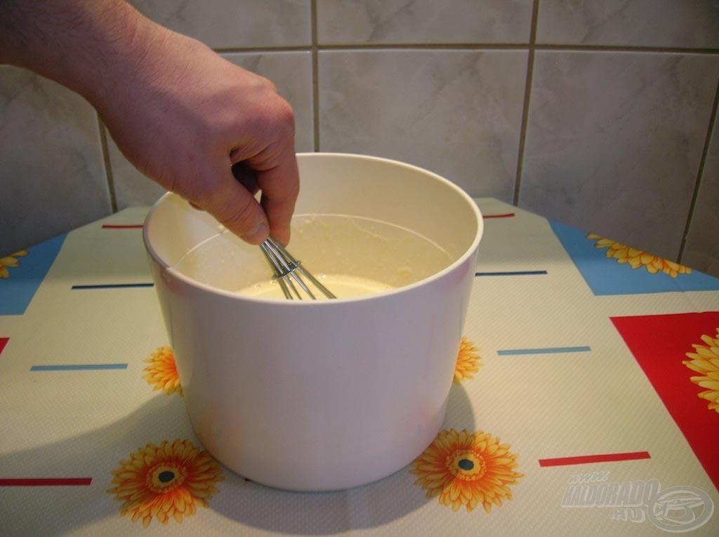Palacsintatésztát készítünk a következő módon: kimérünk 25 dkg lisztet, hozzáadunk 2 egész tojást, csipet sót, annyi tejet, hogy megfelelő állagú legyen, majd habverővel csomómentesre keverjük