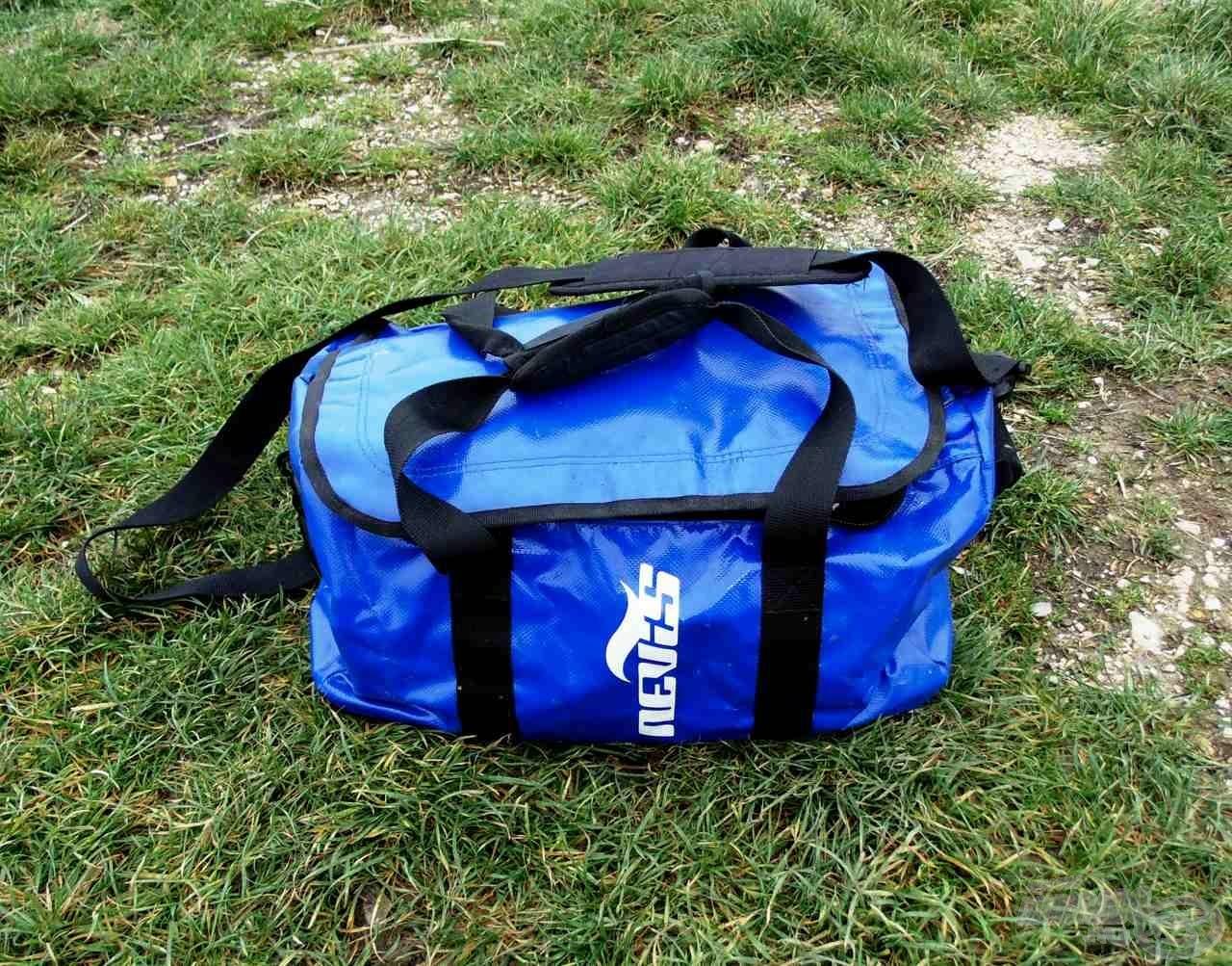 A Nevis csónakos táska vízhatlan és erős anyagból készült, szinte mindennek ellenáll