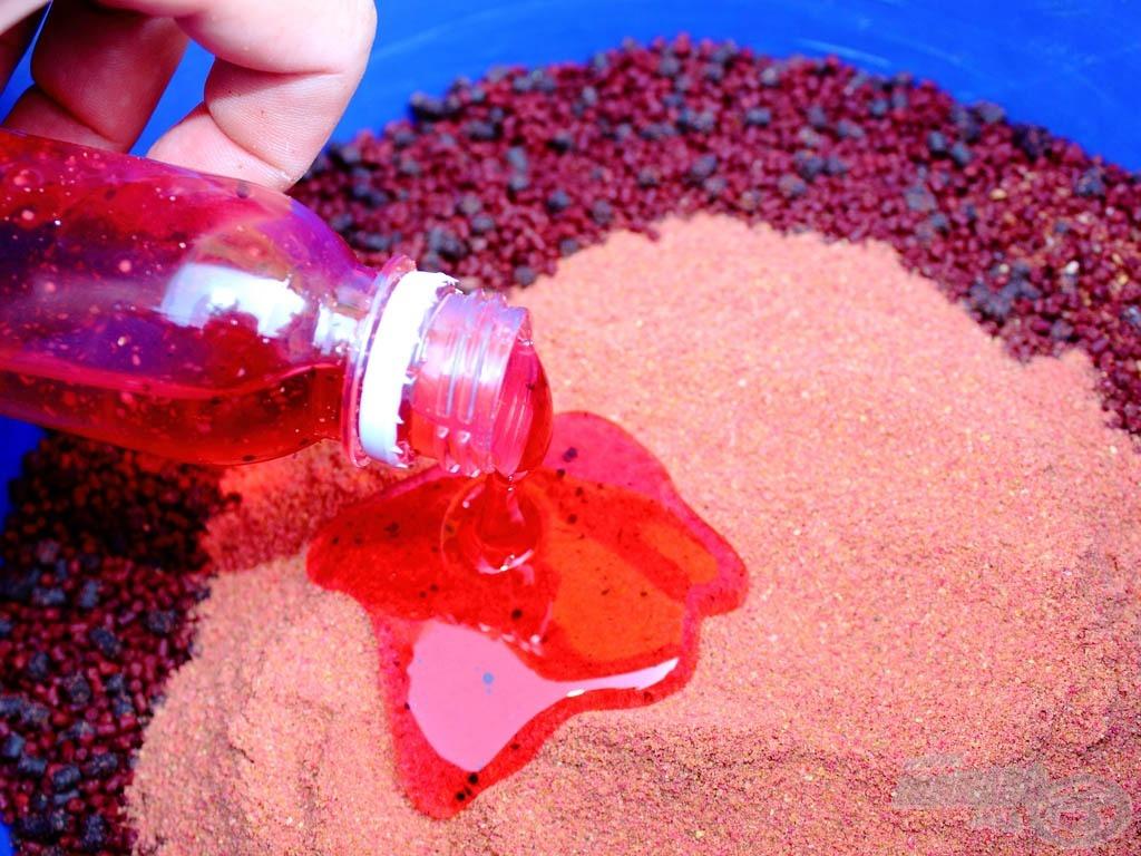 2. lépés - A Pellet ragasztóport szórjátok a pelletszemekre, öntsétek rá a Pellet Juice aromát…