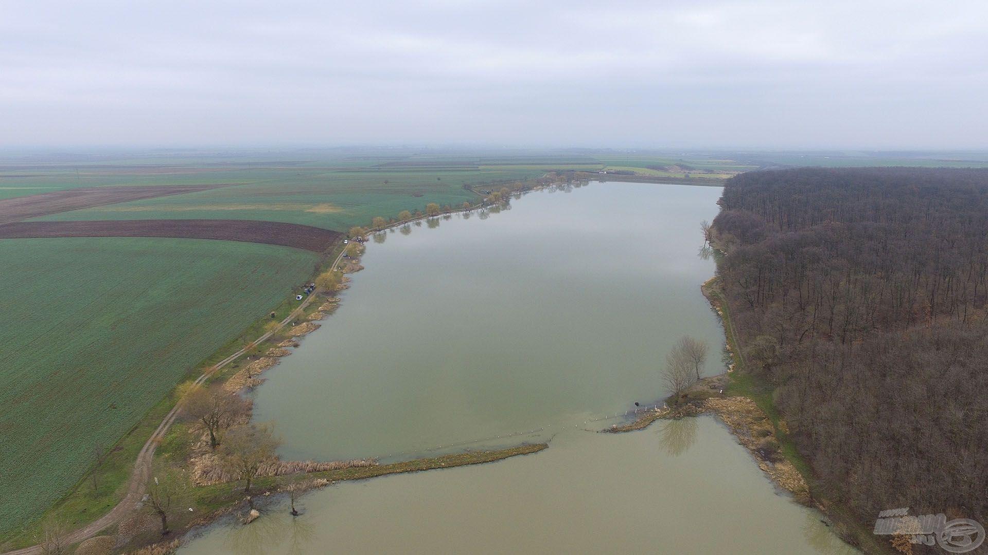 A Hegyközcsatár közelében (Erdélyben) található a Csatári horgásztó
