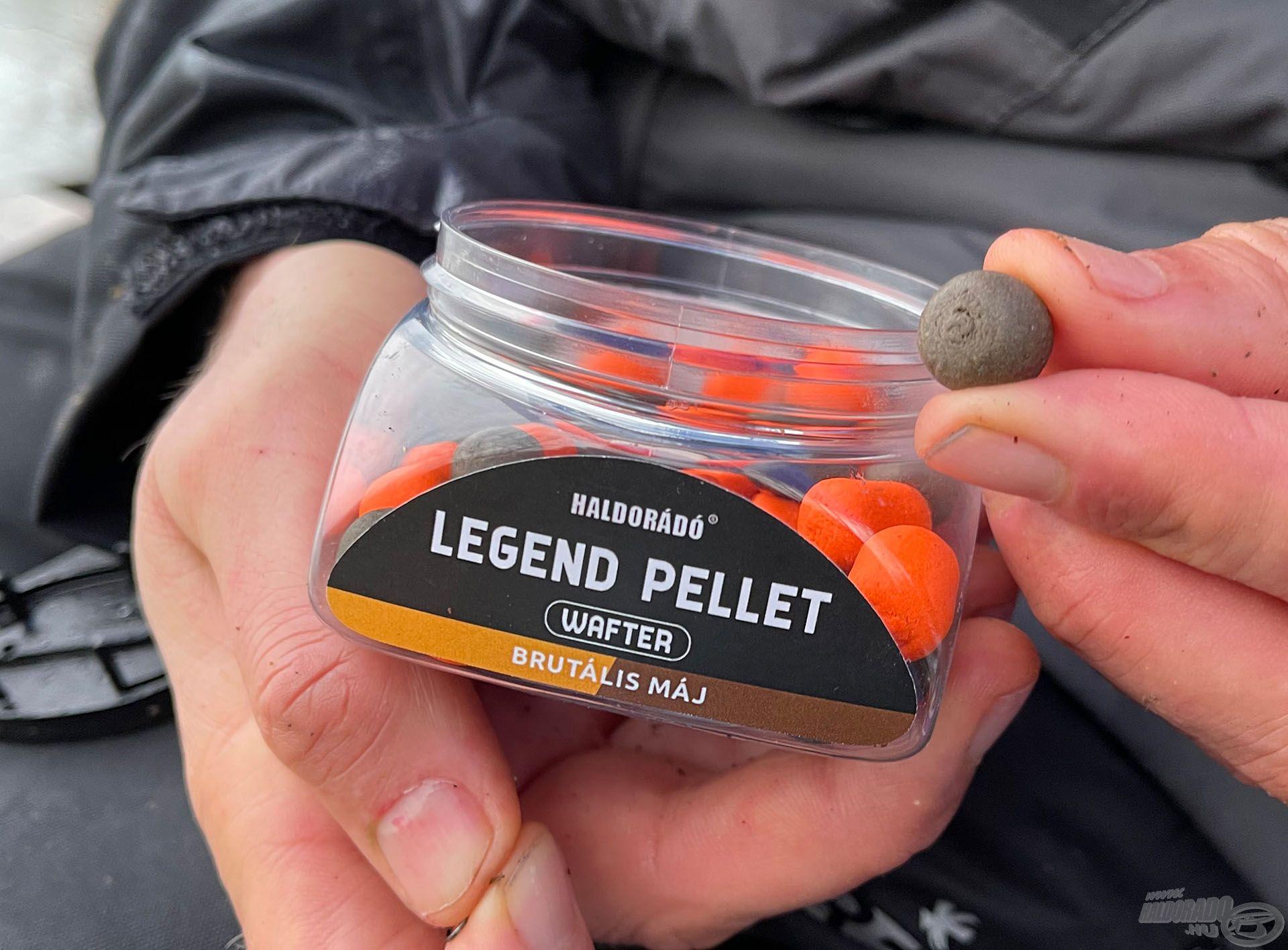 Próbáltam a dobozban található narancssárga változatot is, de arra nem volt kapás. Kizárólag a barna színűt ették MA a halak