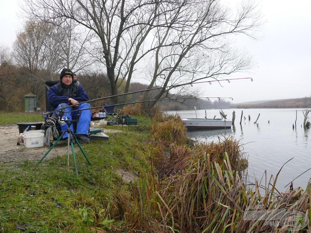 A helytől balra kezdődnek a vízben álló (csónakból megközelíthető) stégek, amelyek itt még nem akadályozzák a horgászatot