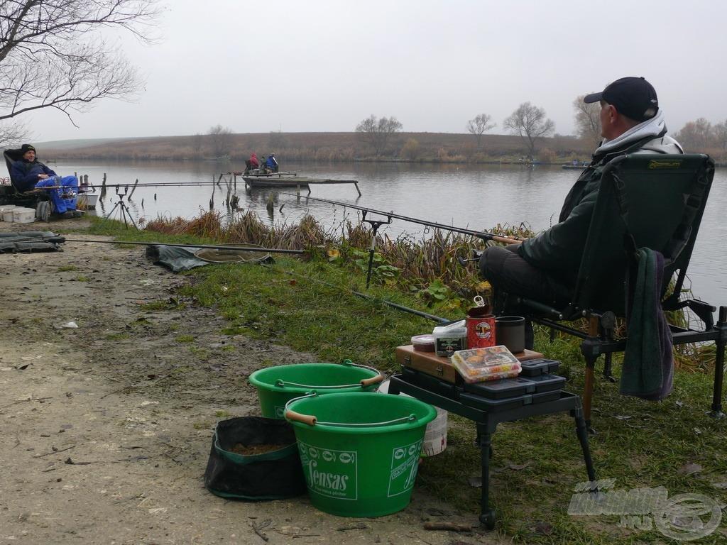 Szász Sándor barátomnak köszönhetem a meghívást és a Háziréti horgászatot. Természetesen mindketten feederbotokkal vettük üldözőbe a tó halait