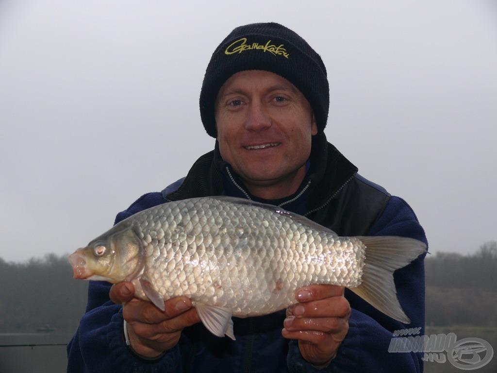 A nap első hala ez kilót meghaladó súlyú ezüstkárász volt