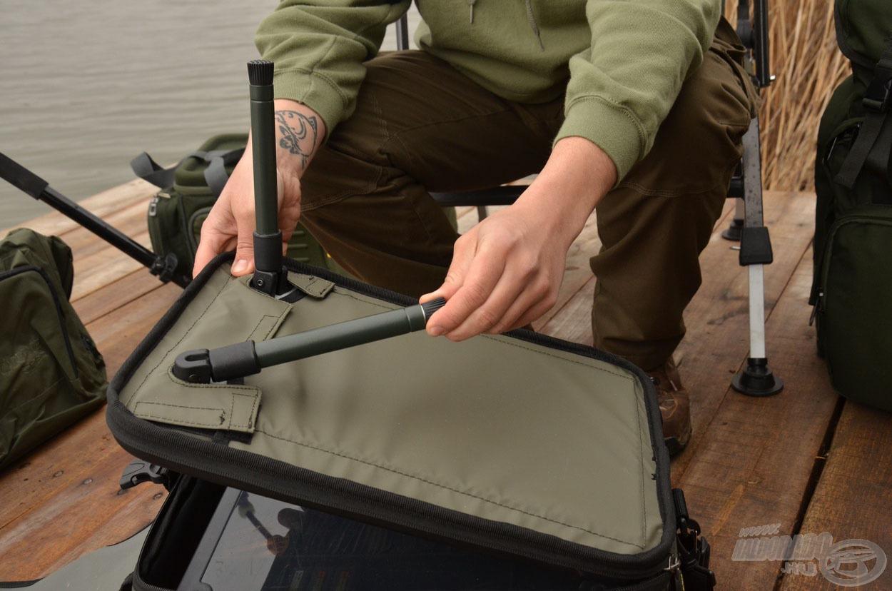 A táska kemény fedlapja lábakkal is rendelkezik, ezért kihajtva asztalként is szolgál
