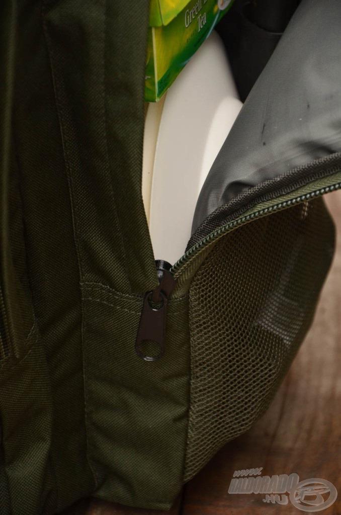 A hátizsákot jó minőségű cipzárakkal szerelték