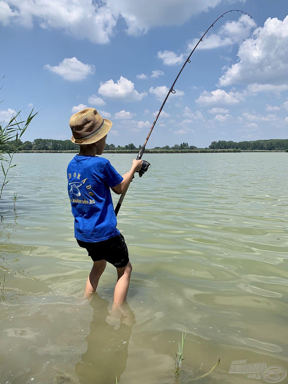 A gyakorlott horgászok megtanítják a gyerekeket helyesen dobni és fárasztani…