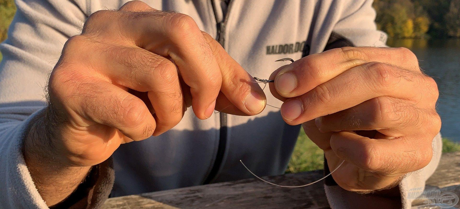 """Első lépésként egy """"Whipping knot"""" csomóval felerősítjük a horgot…"""