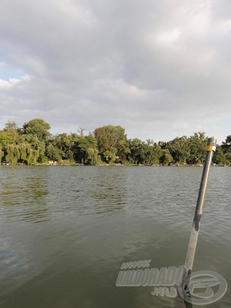 A távolabbi etetés helye, háttérben a horgászhelyünk