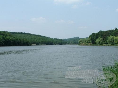 Erdővel borított dombok övezik e szép horgászvizet