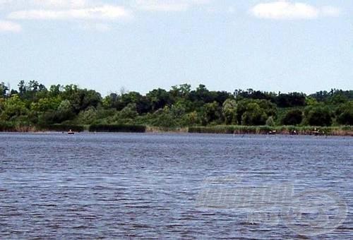 Hosszában nézve a víz beszűkül, ott vannak akadók, és persze a csónakos horgászok is