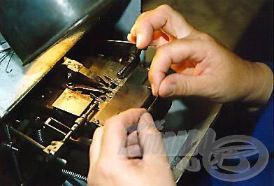 Egy kétágú horog kialakítása a Partridge műhelyben