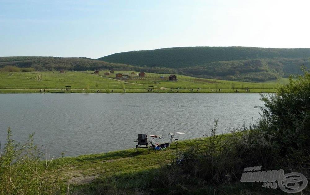 Horgászhelyem és a tópartot ölelő hegyek