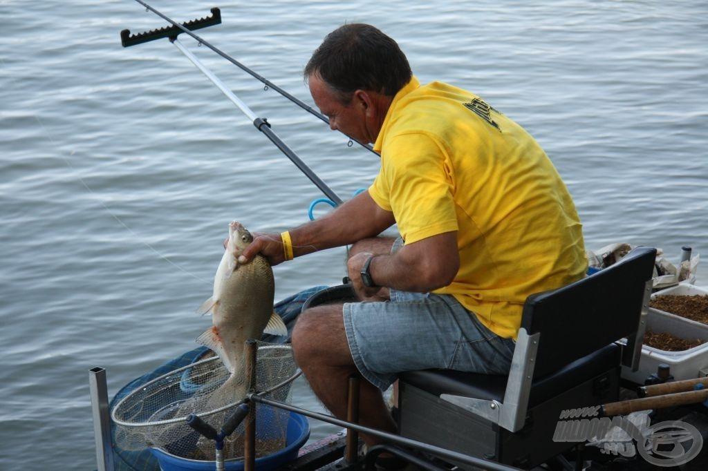 Lantos János a pálya közepén horgászik, és sikerült megtalálnia a dévéreket