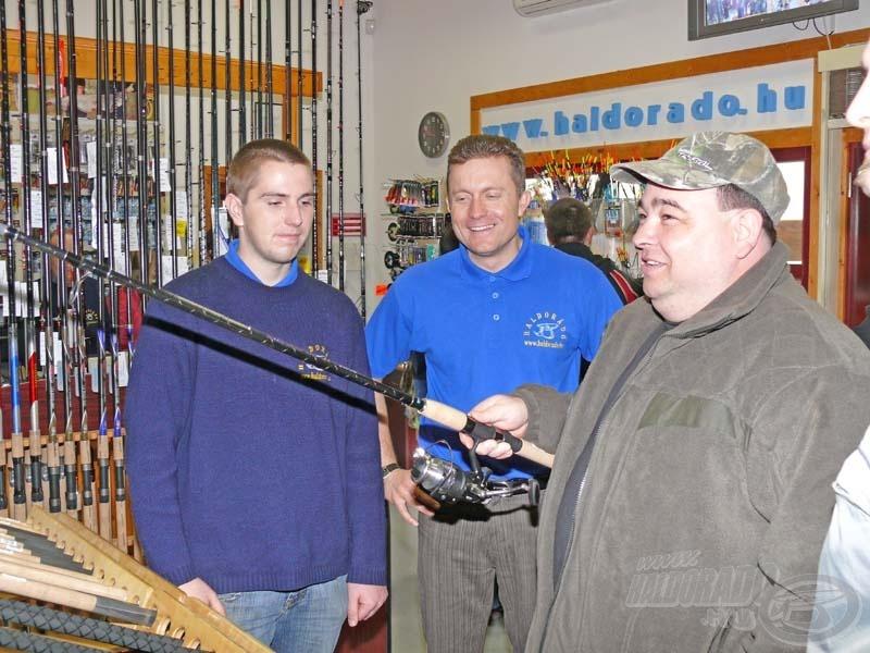 Döme Gábor (középen) a feederbotok, míg Haskó Tamás (bal oldalon) a bojlis botok kavalkádjában segített eligazodni