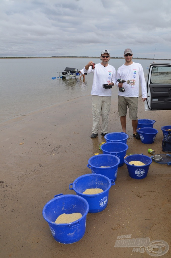 Ifj. Barna Szilárd és Walter Tamás készíti naponta az etetőanyag keverékeket