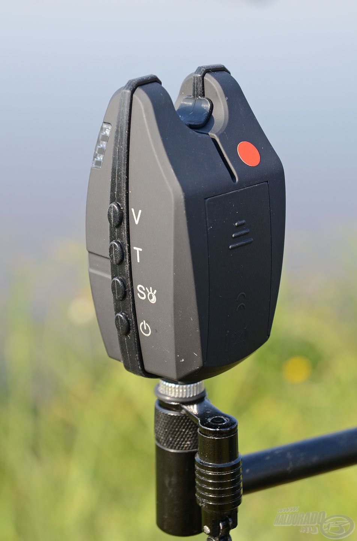 Oldalt találhatók a gombok, melyekkel a hangszínt, hangerőt és érzékenységet egyaránt lehet állítani, na és persze az eszközt ki- és bekapcsolni