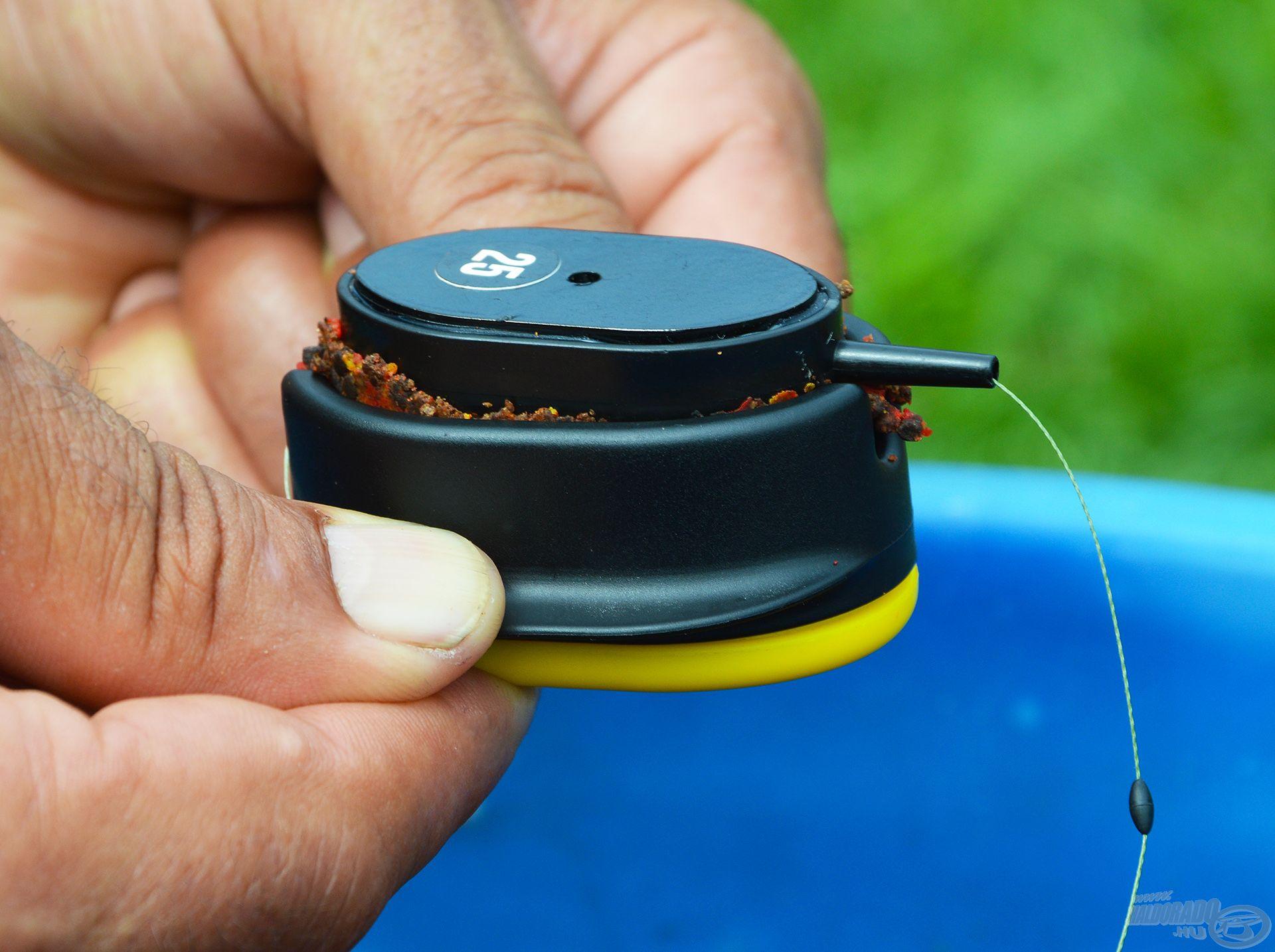 A töltőszerszám kiszélesedő oldalát nyomjuk le és a kosár kiemelkedik a formából!