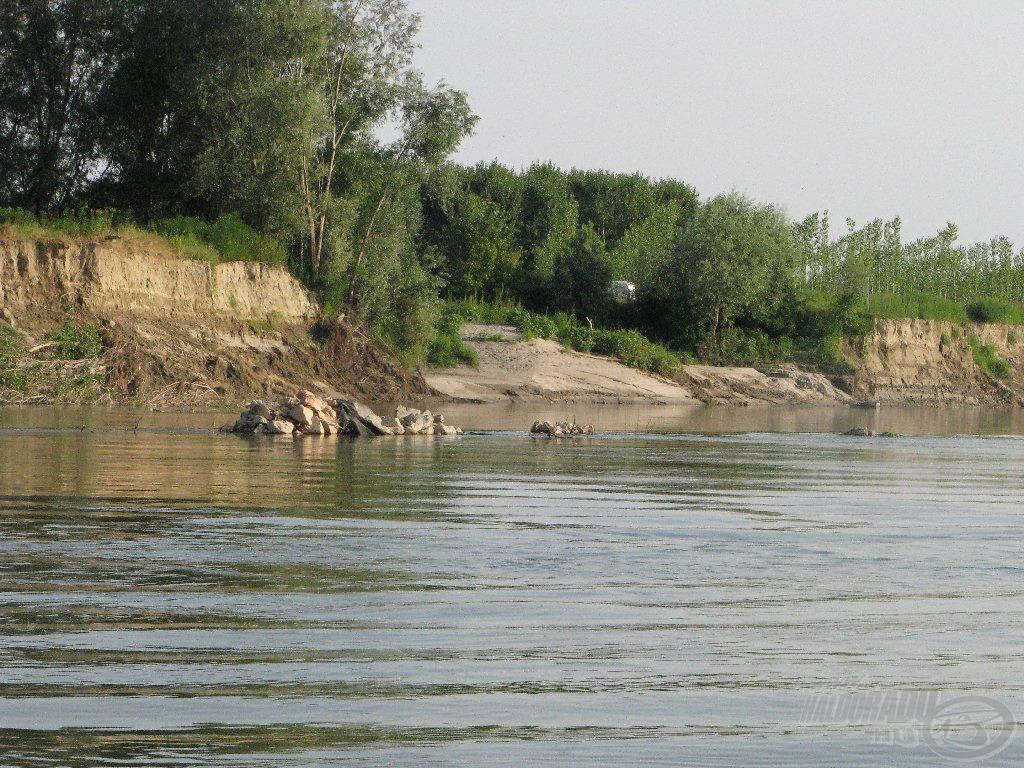 Egy mellékág vége, itt folyik össze egy 50-70 méteres oldalág a fő folyóval. Nagyon izgalmas pálya, de állandóan ülik a bójás horgászok. Nem is zavartuk őket éjszakai pergetéssel