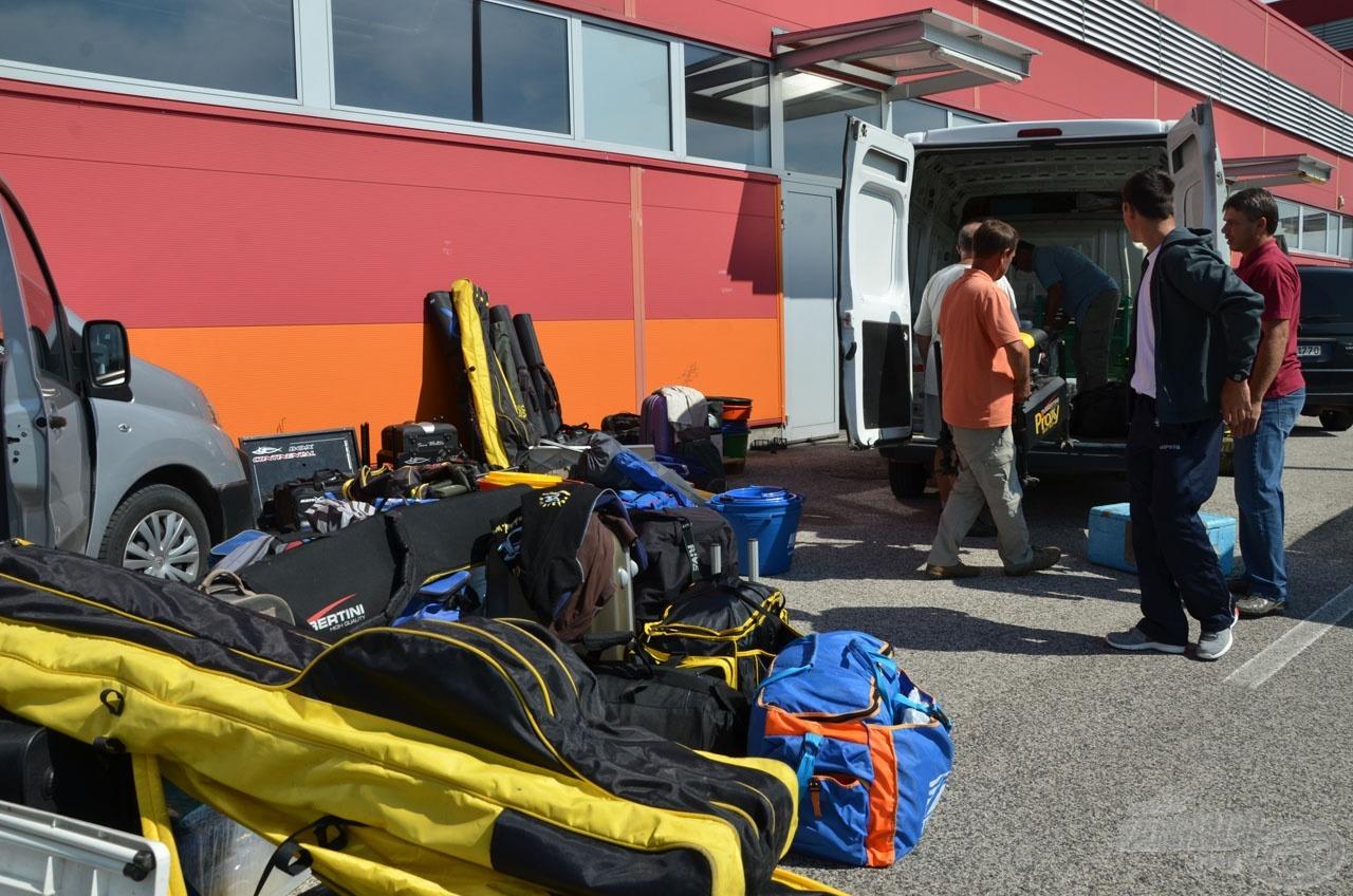 Bepakolásra vár a felszerelések és csomagok egy része