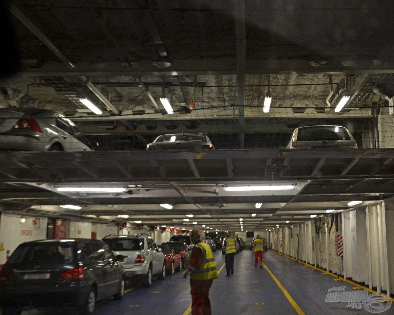 Kisebb autók az emeleten, nagy kamionok a hajófenéknél kaptak helyet