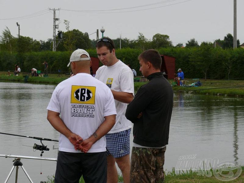 Taktikai értekezlet, vajon mire lesz elég, ha csak bojlival horgásznak…