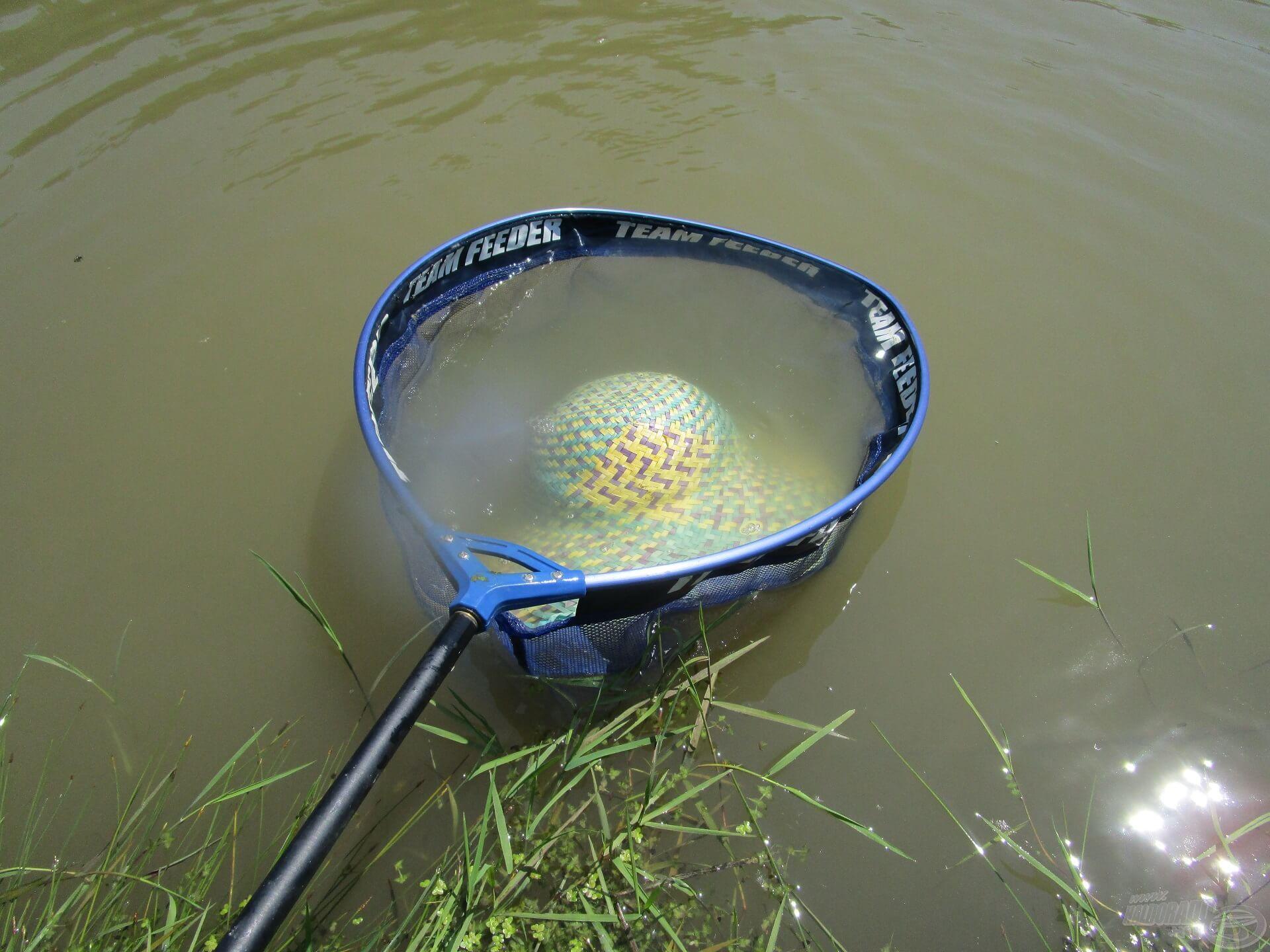A szél mindig is horgászok ellensége volt. Persze, hogy leszedte a kalapot fejemről, de szerencsére kéznél volt a merítő! A Zala folyón mindig történik valami! Hal helyett kalapot szákoltam