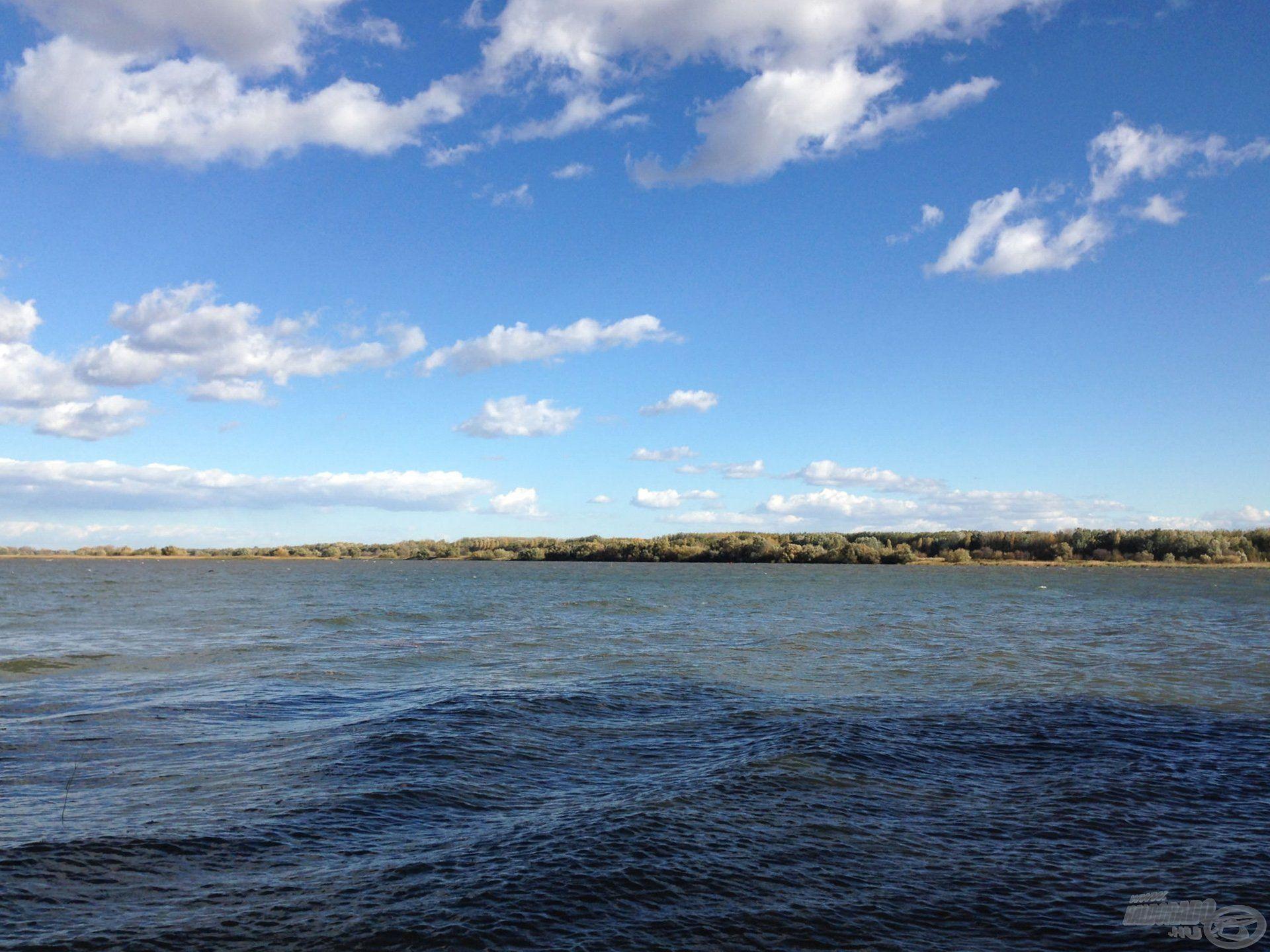 Kis vízen is látszódik már a hullámzás, a háttérben meg a fehér tarajok érkeznek…