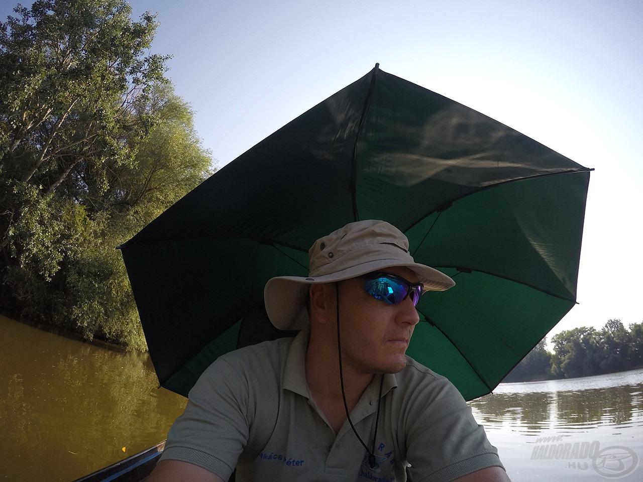 A meleg ellen már kötelező volt a kalap és az ernyő