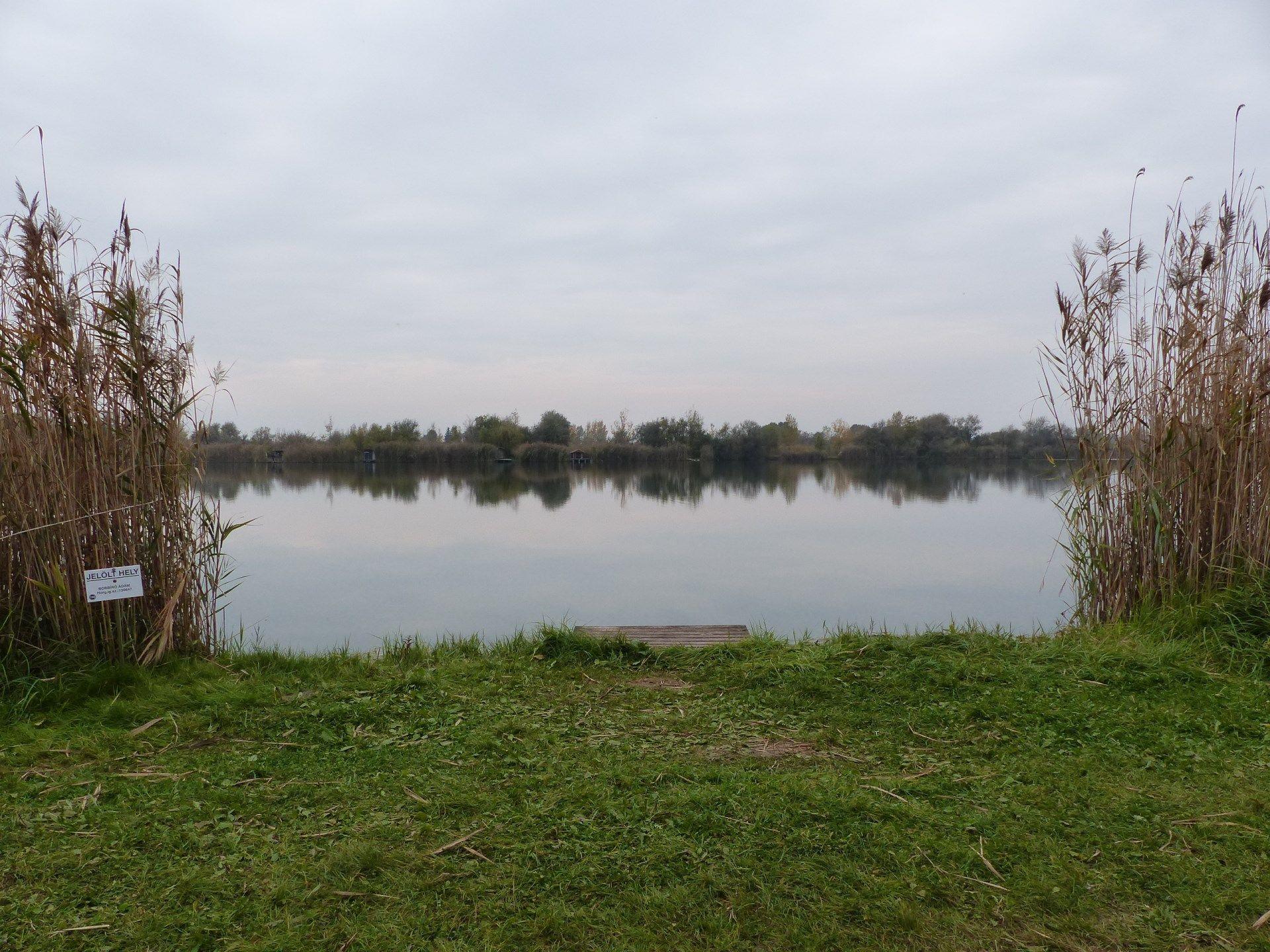 Horgászatom helyszíne a Csaba-tó. Kedvenc horgászhelyem durván a tó középső részénél helyezkedik el