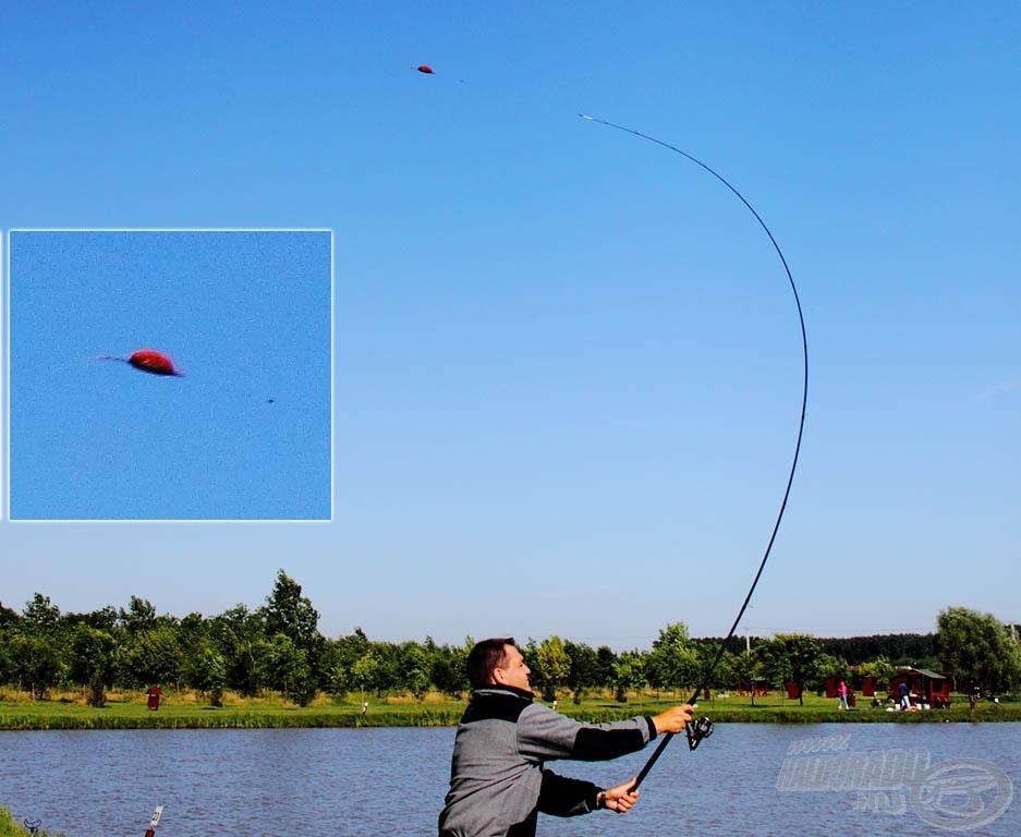 Útjára indul a végszerelék a 3,6 méteres boton… Lehetne egy játék, hogy mi a képen a gond? Kb. annyi, hogy a végszerelék nem jutott túl messzire, de a kép sikerült, látszik a kosár és látszik, hogy nem látszik a csali, tehát nem repült ki dobás közben, így hadd repüljön vagy 15 métert… :)