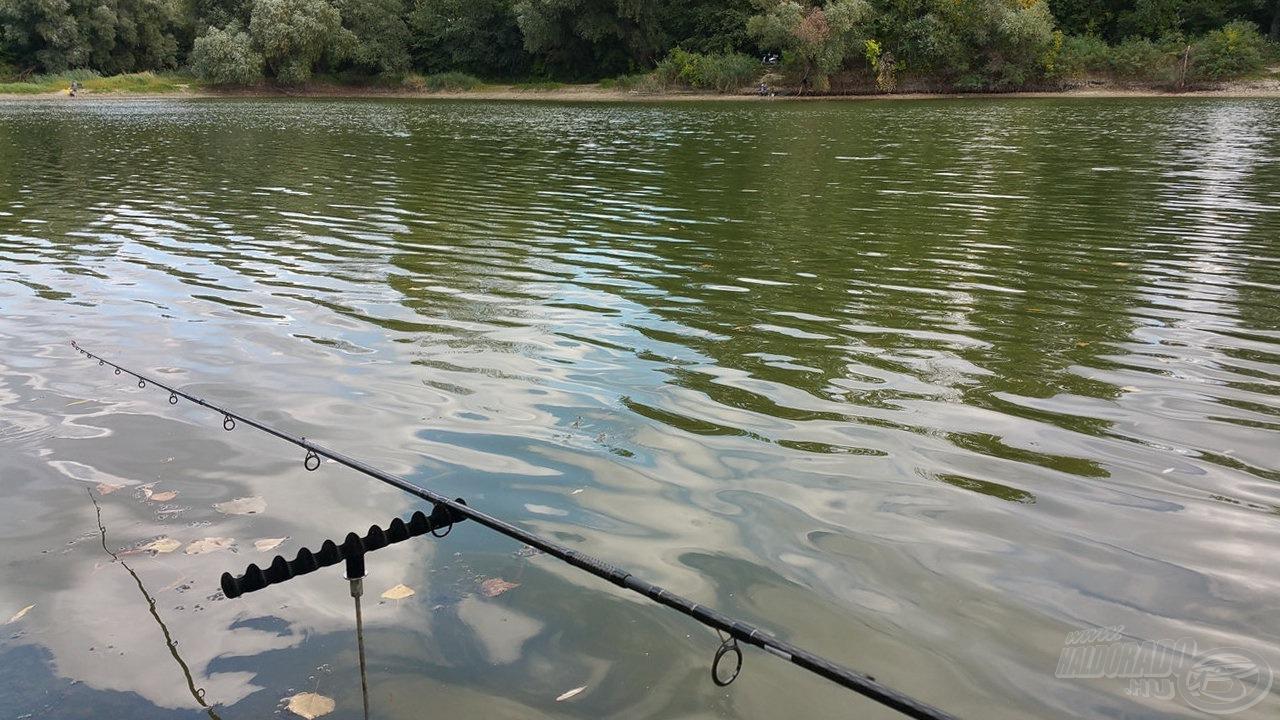 Vízben a szerelék, gyűlnek a horgászok is
