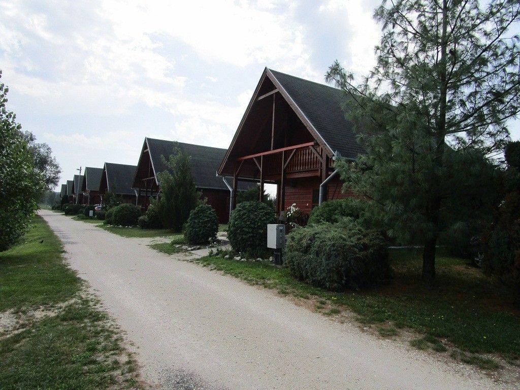 A tó partján, ilyen faházakban kapnak szállást az ide látogatók…