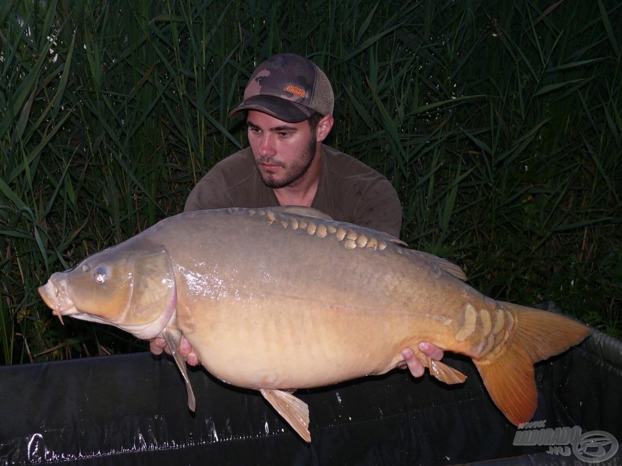 Nem sokkal később besétált a túra legnagyobb hala egy szép és egészséges tükrös személyében
