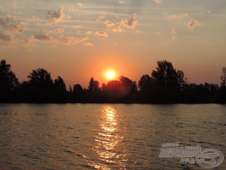 Gyönyörű napfelkelte fogadott