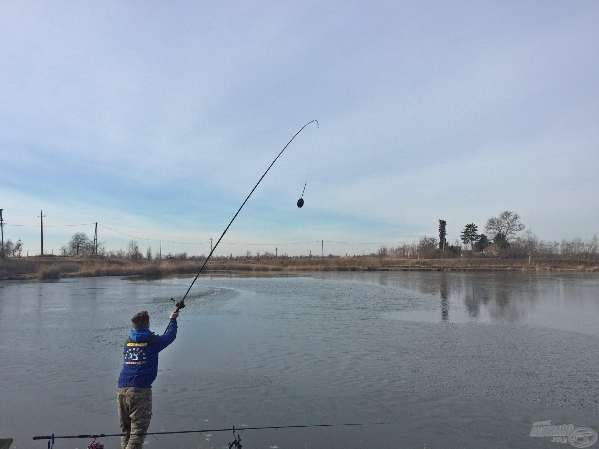 Annak ellenére, hogy a tó felszínének 98%-a be volt fagyva, egy 15 méteres kiolvadt sávban szerencsét próbáltam. 0 kapással fejeztem be a horgászatot! Egy olyan vízen, ahol gyakran sikerül 8-9-10 darab nagytestű pontyot fognom egy horgászat alatt