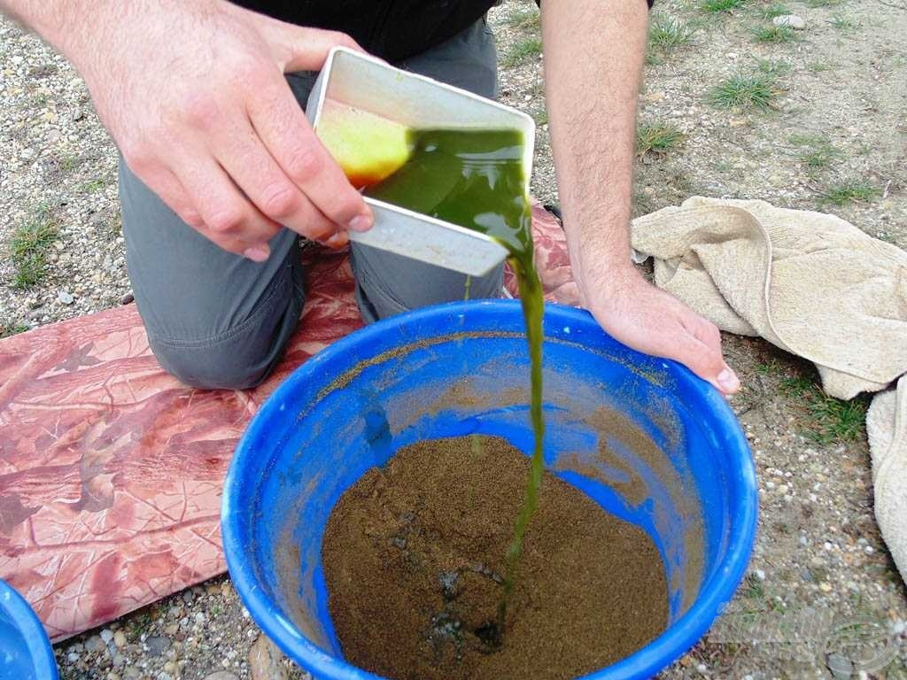 A folyékony összetevőket először vízzel elegyítettem, majd így adagoltam a keverékhez