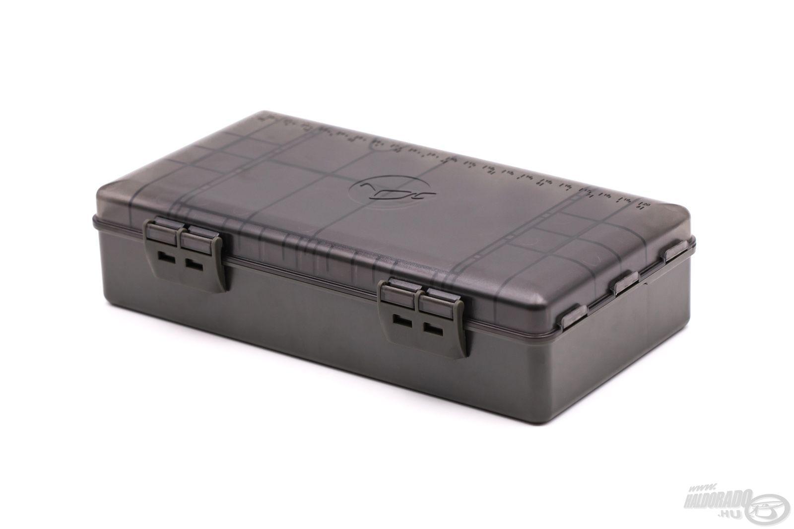 """A Korda Basix Tackle Box a világ egyik legnépszerűbb, prémium szerelékes dobozának, az eredeti Korda Tackle Box-nak a """"kistesója"""", közel azonos minőséggel, de jóval kedvezőbb árszabással!"""