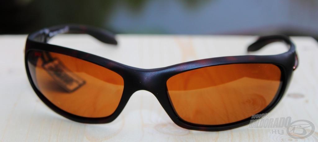 A arcvonalra ívelt alakú, borostyán színű lencsével ellátott napszemüveg a Sportsman's 004B