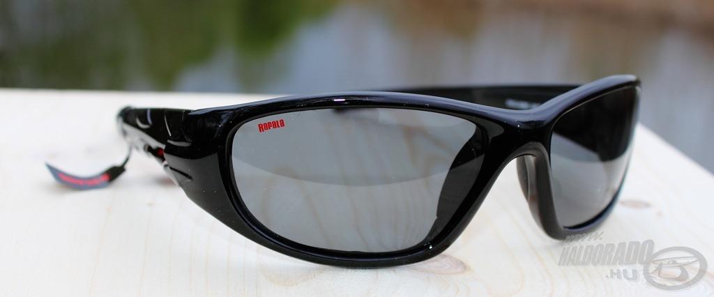 Fekete kerettel és szürke színű lencsével ellátott erős szerkezetű szemüveg  a Sportsman s Floater Black 008C 0255f43a5e