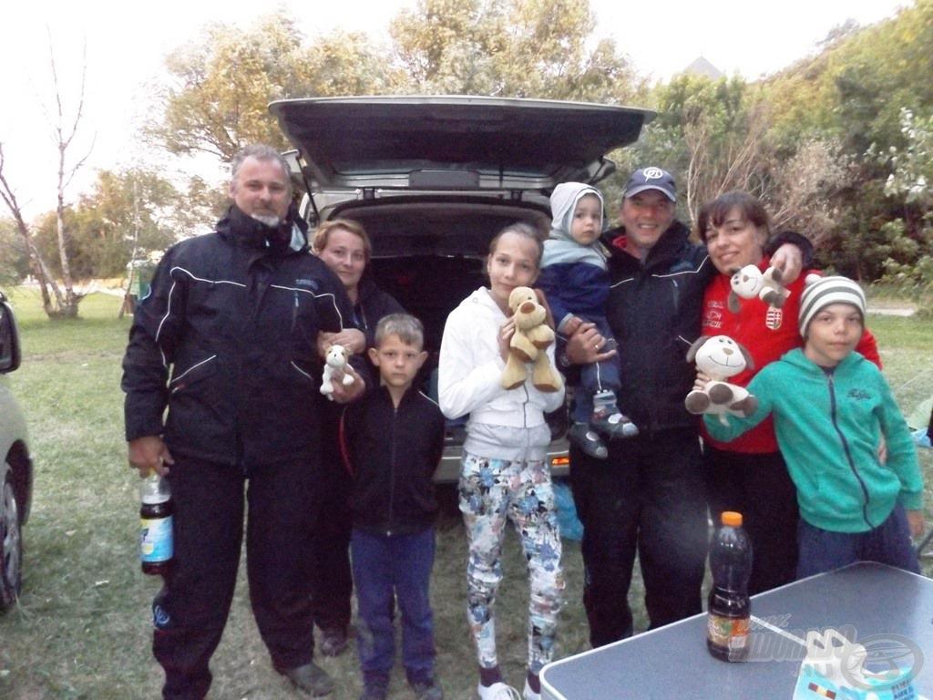 Segal és Varga Jani a családokkal. Sokan voltak sok kutyával, tipikus július közepi öltözékben