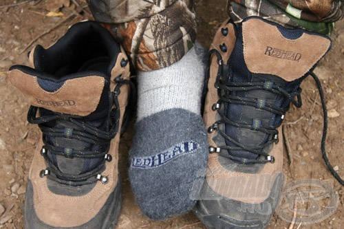 A hideg téli horgászatok közben először mindig a láb kezd el fázni! A vízálló cipő alapfeltétel ilyenkor, de a meleg, vastag, nedvszívó hatással rendelkező gyapjú zokni is segítségünkre lehet